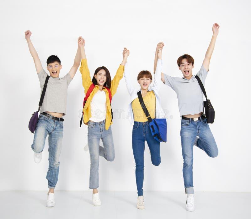 Giovane gruppo di studente, sorridente e ballante immagine stock