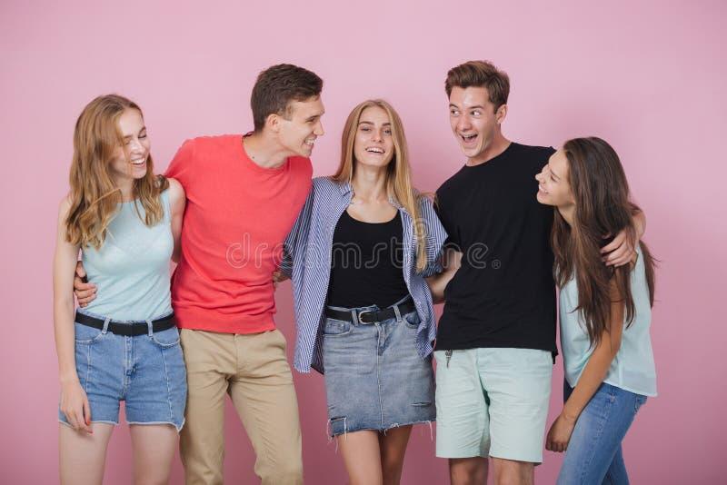 Giovane gruppo sorridente felice di amici che stanno che parla e che ride insieme Migliori amici fotografia stock
