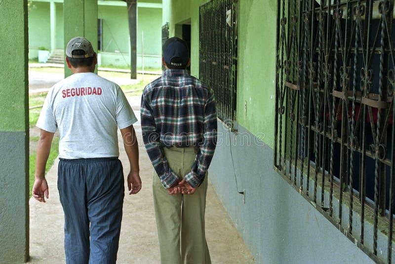 Giovane guatemalteco in prigione giovanile fotografie stock libere da diritti