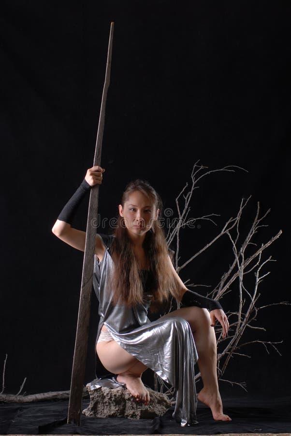 Giovane guerriero di modello dell'elfo dalla favola su un fondo nero fotografia stock libera da diritti