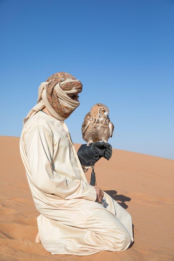Giovane gufo reale maschio di faraone durante la manifestazione di caccia col falcone del deserto nel Dubai, UAE immagini stock libere da diritti