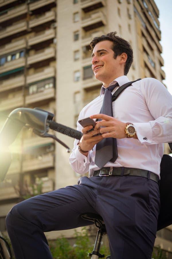 Giovane guida di buinessman da lavorare nella città immagini stock