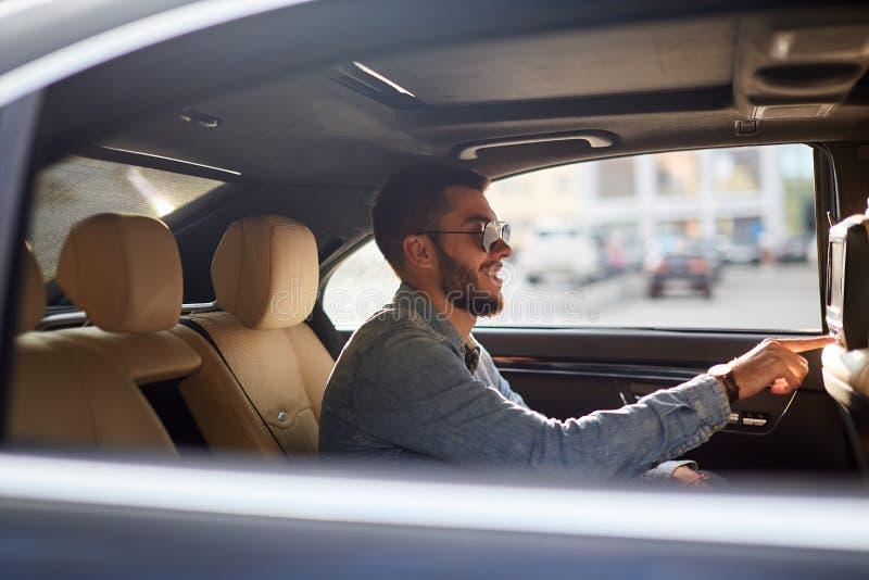 Giovane guida maschio felice in un'automobile immagini stock