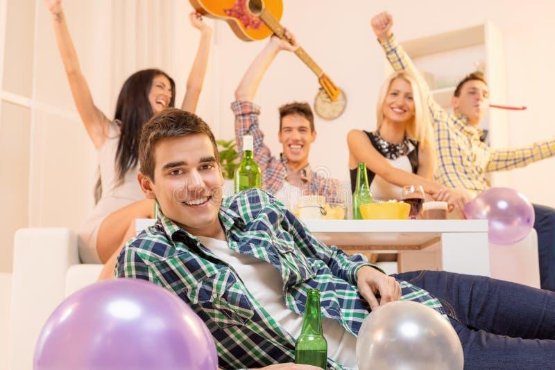 Giovane Guy At House Party immagine stock libera da diritti