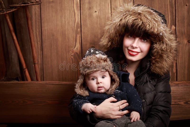 Giovane holding della madre il suo bambino appena nato immagine stock