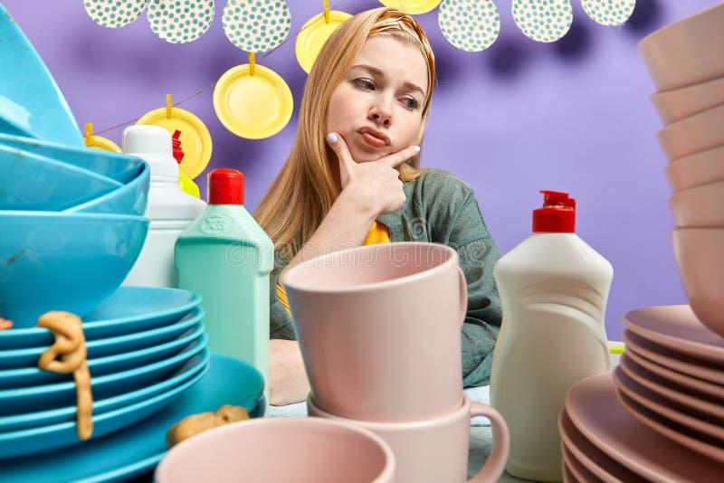 Giovane housemade con l'espressione frustrata che guarda da parte fotografie stock libere da diritti