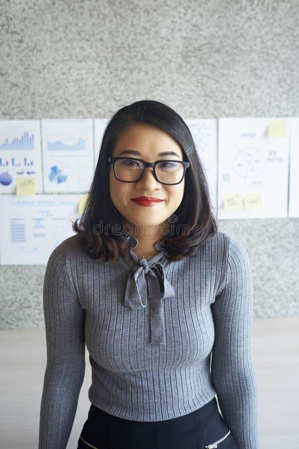 Giovane impiegato di concetto femminile all'ufficio immagine stock libera da diritti