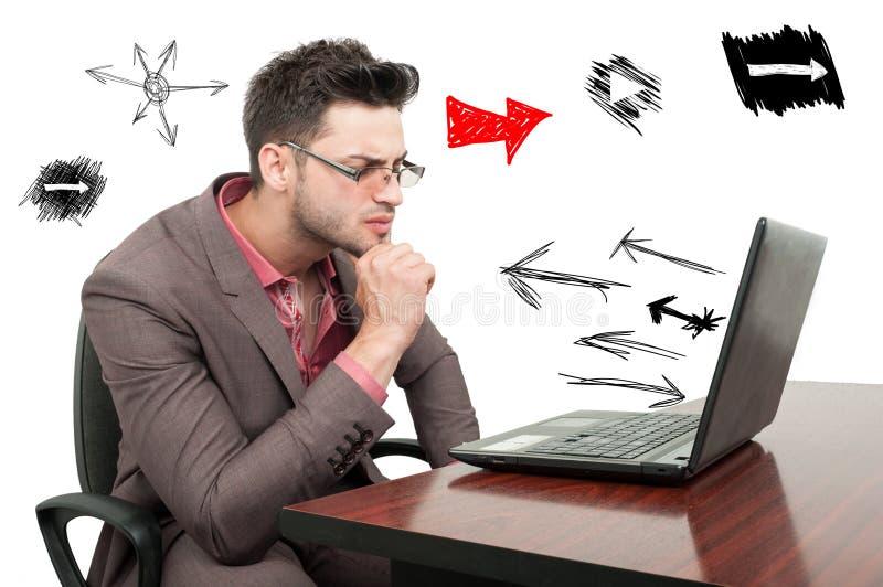 Giovane impiegato pensieroso che prova a risolvere un problema di business immagine stock