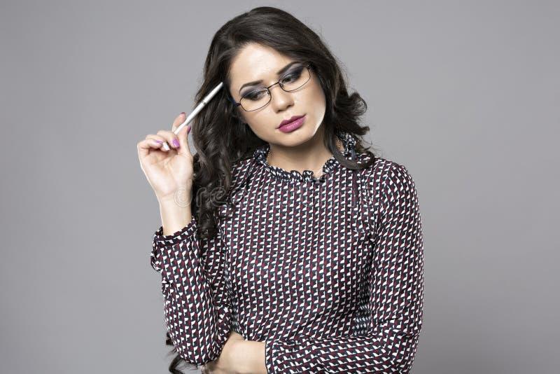 Giovane imprenditore femminile che pensa mentre prendere nessuna immagine stock