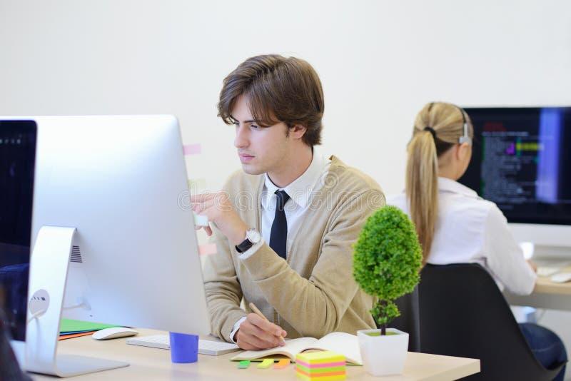 Giovane impresa, sviluppatori di software che lavorano al computer all'ufficio moderno immagine stock libera da diritti