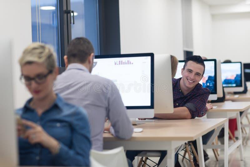 Giovane impresa, sviluppatori di software che lavorano al desktop computer fotografie stock libere da diritti