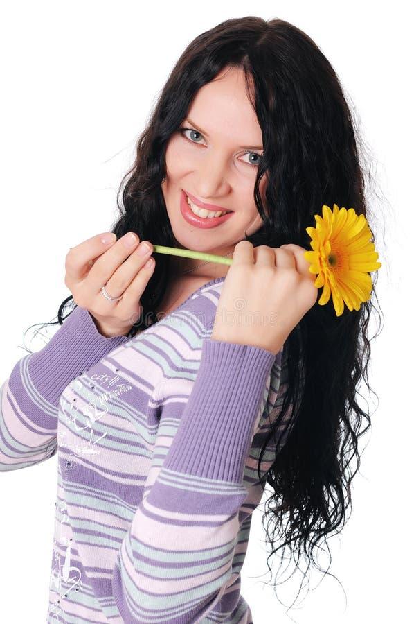Giovane incantare castana in un maglione immagini stock