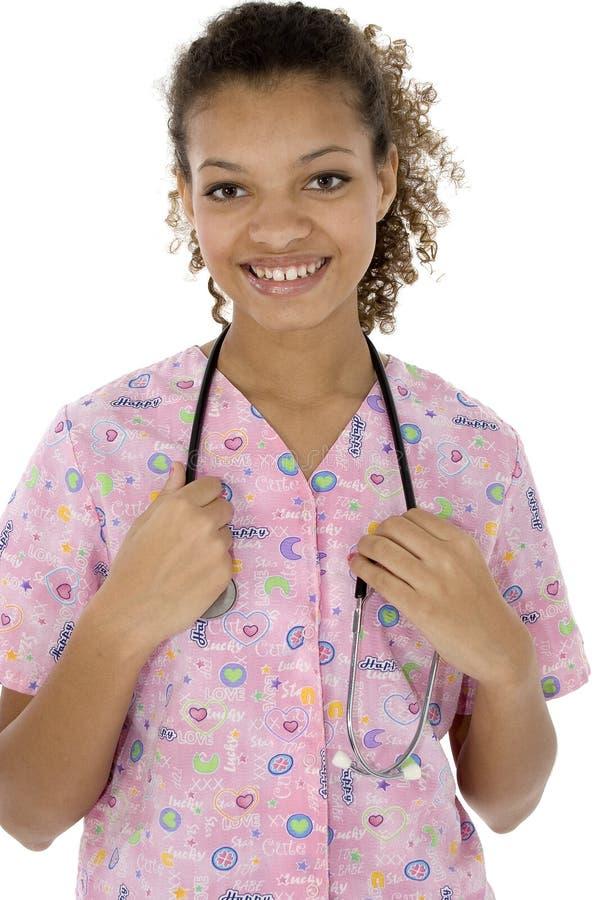 Giovane infermiera nera attraente che sorride sopra il bianco fotografie stock