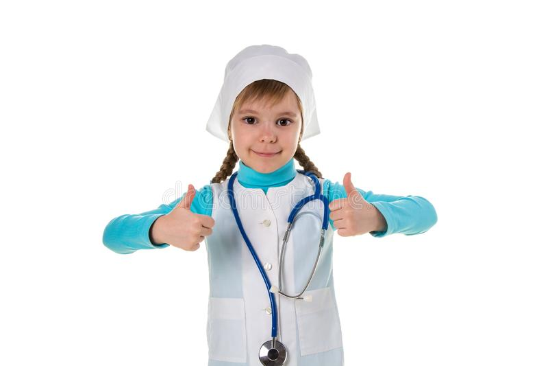 Giovane infermiere femminile che indossa lo stetoscopio soddisfatto di grande sorriso, pollice su con le dita, segno eccellente immagini stock