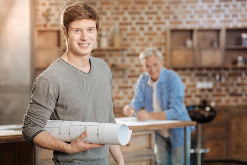 Giovane ingegnere che posa con un modello finito fotografia stock libera da diritti
