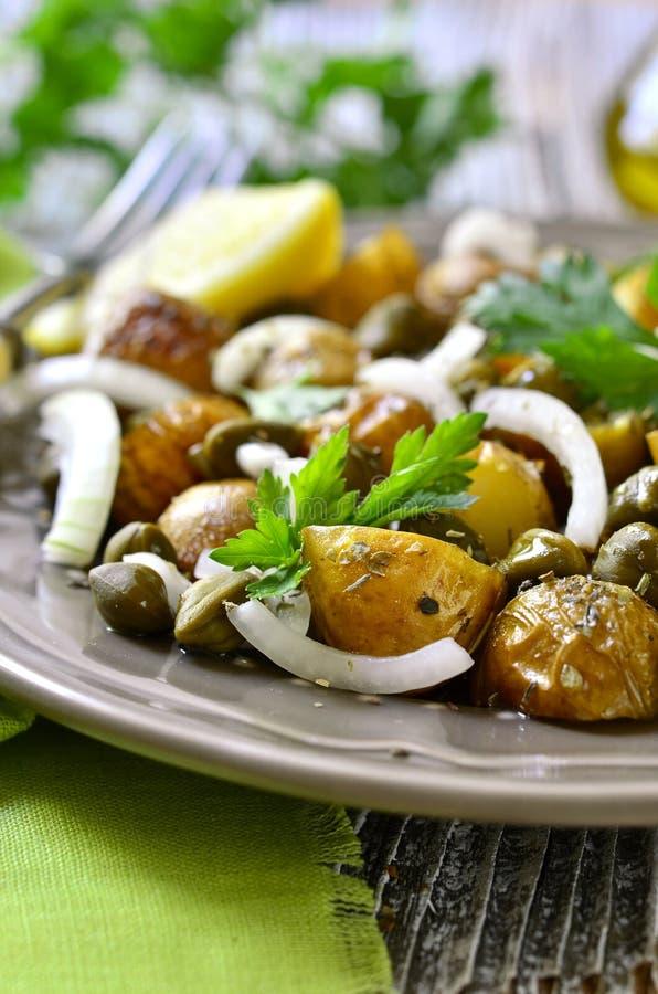 Giovane insalata di patata con i capperi e la cipolla marinata fotografia stock libera da diritti