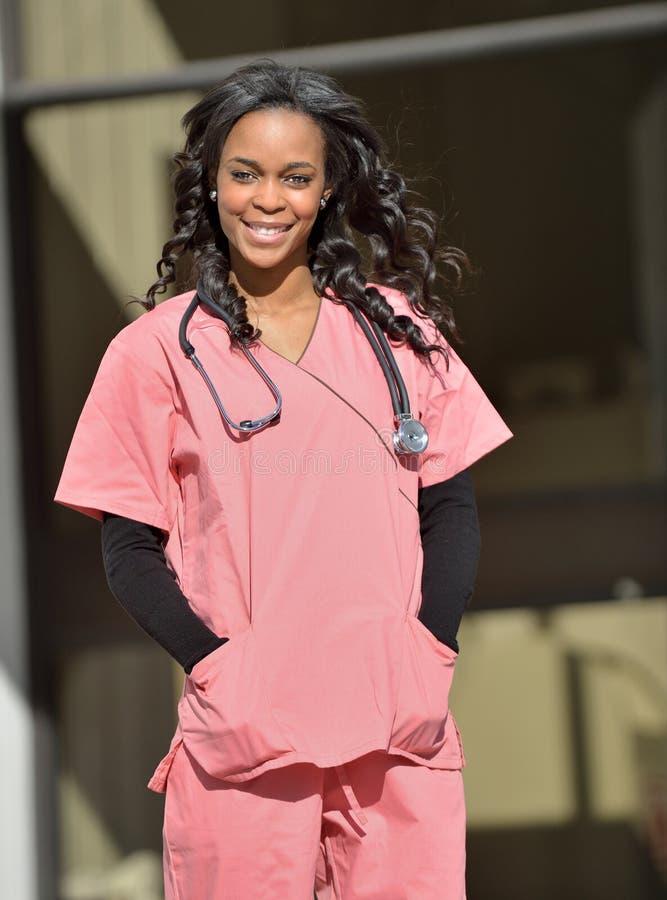 Giovane lavoratore femminile afroamericano sbalorditivo di sanità fotografia stock