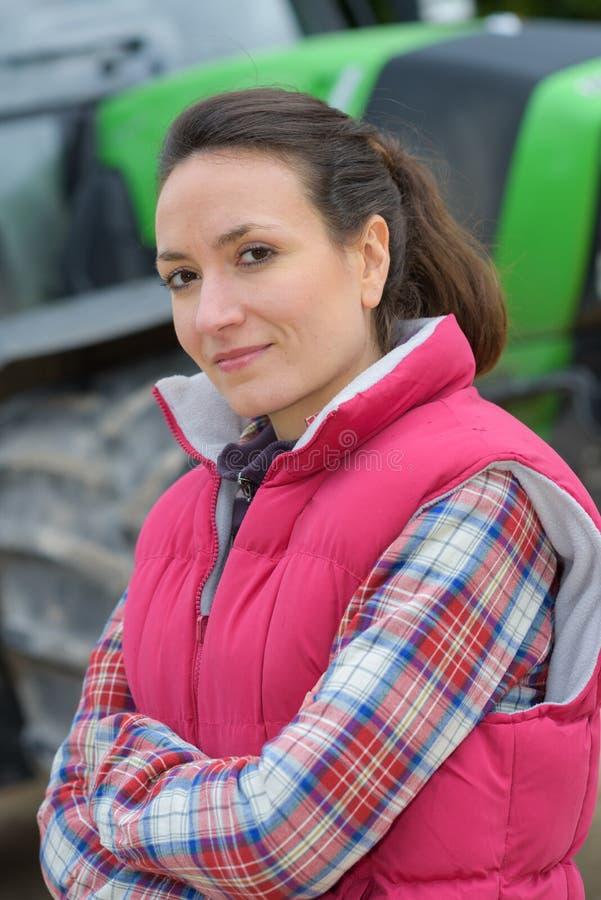 Giovane lavoratrice agricola attraente del ritratto verticale fotografia stock libera da diritti