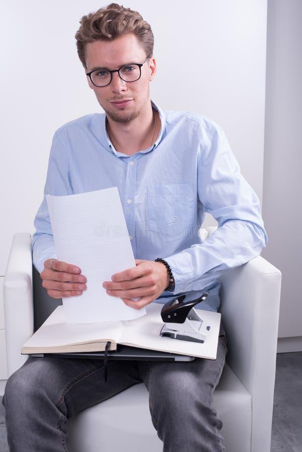 Giovane lavoro d 39 ufficio facente professionale astuto in for Ufficio lavoro