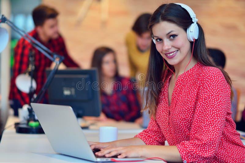 Giovane lavoro dei professionisti in ufficio moderno Discussione del gruppo del project manager immagini stock libere da diritti