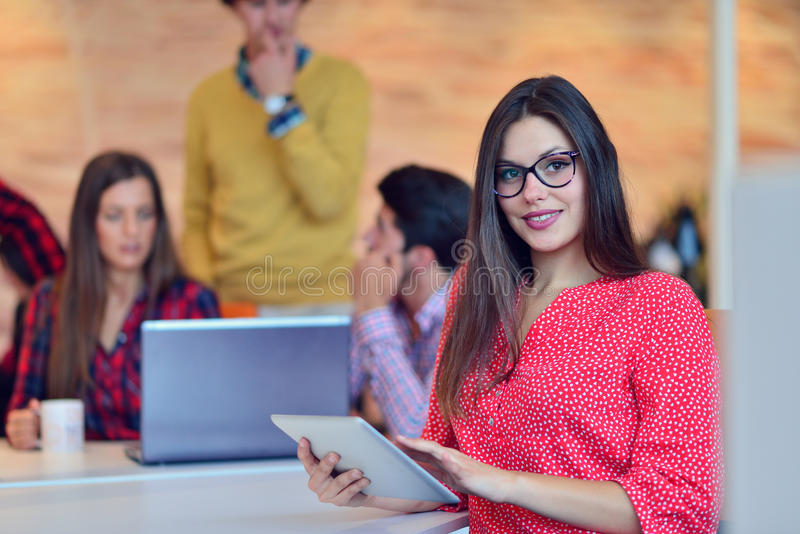 Giovane lavoro dei professionisti in ufficio moderno Discussione del gruppo del project manager immagini stock