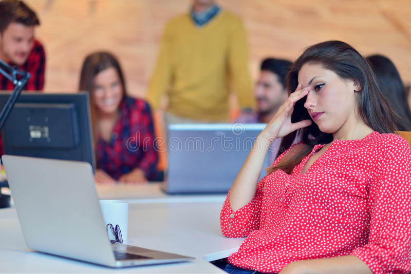 Giovane lavoro dei professionisti in ufficio moderno Discussione del gruppo del project manager immagine stock