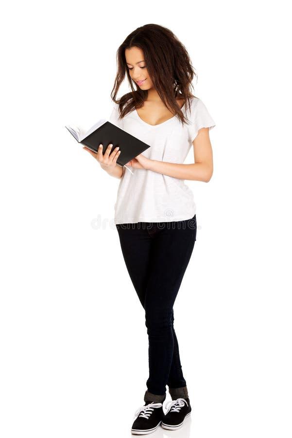 Giovane libro di lettura della donna dell'allievo immagini stock libere da diritti