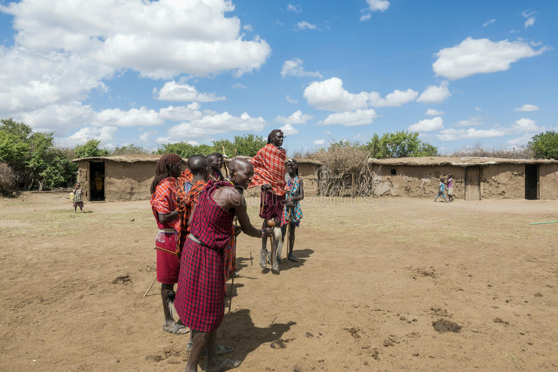 Giovane Maasai Askari che fa un ballo di salto tradizionale fotografie stock libere da diritti