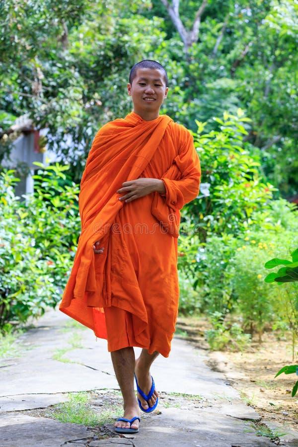 Giovane macchina fotografica di Walking To The del monaco buddista fotografia stock libera da diritti