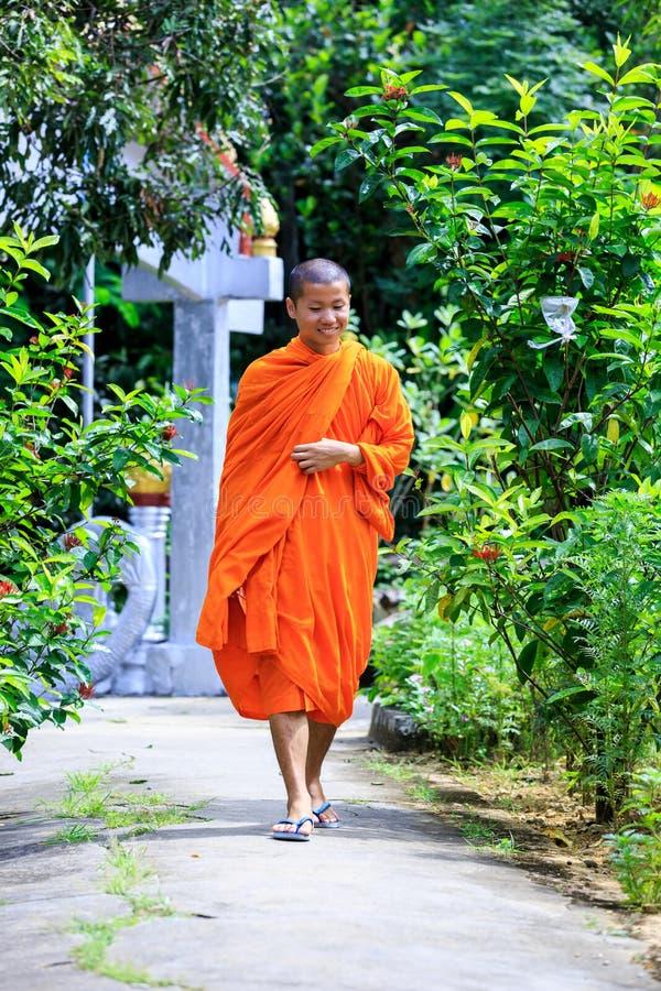 Giovane macchina fotografica di Walking To The del monaco buddista immagine stock