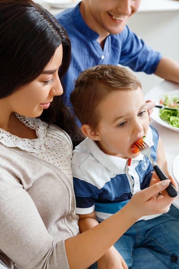 Download Giovane Madre Che Alimenta Il Suo Bambino Fotografia Stock - Immagine di marito, bambino: 55351688