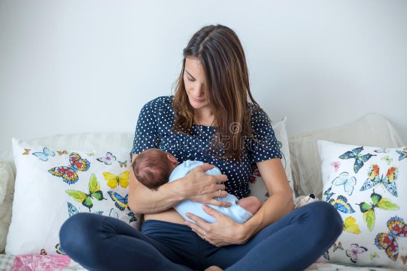 Giovane madre che allatta al seno il suo ragazzo di neonato fotografie stock libere da diritti