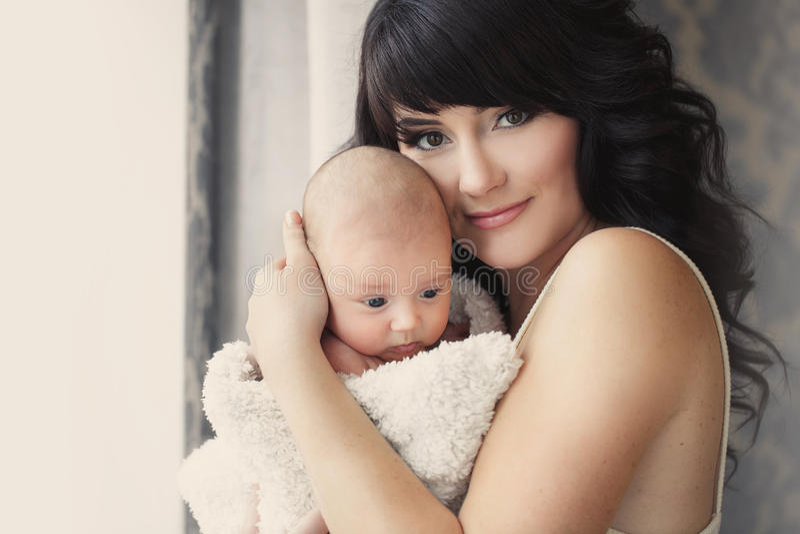 giovane madre con il suo bambino in sue braccia immagine stock