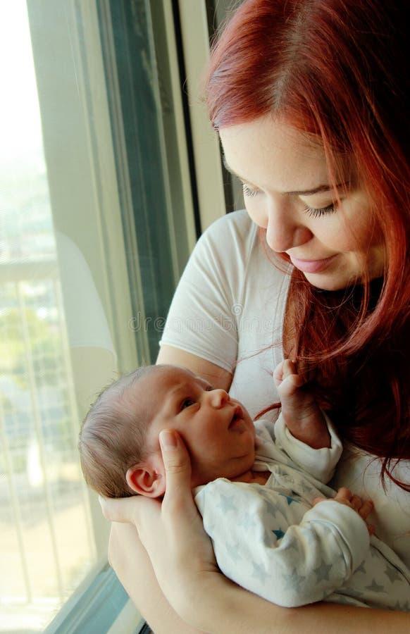 Giovane madre con il suo neonato fotografia stock