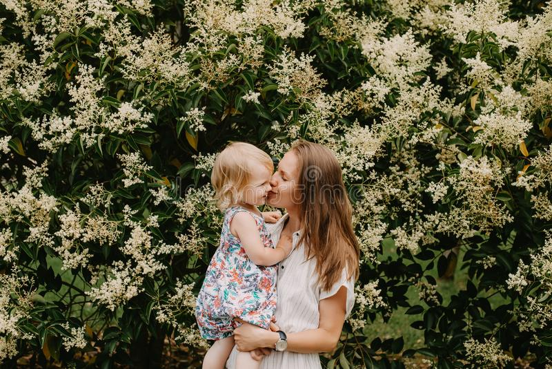 Giovane madre con la bambina fotografie stock libere da diritti