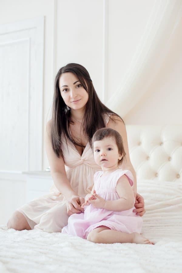 Giovane madre con la piccola figlia al houme fotografia stock