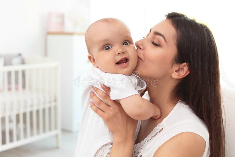 Giovane madre con la sua neonata sveglia immagini stock