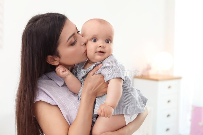 Giovane madre con la sua neonata sveglia immagine stock libera da diritti