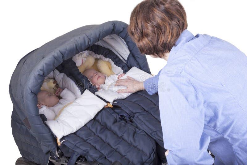 Giovane madre con le sue ragazze del gemello identico fotografie stock