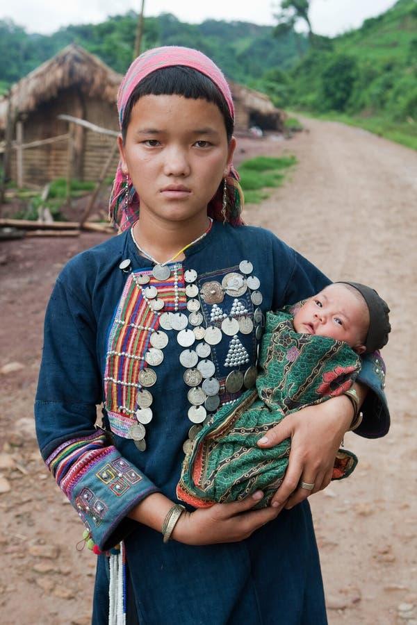 Giovane madre della tribù della collina con il bambino fotografia stock
