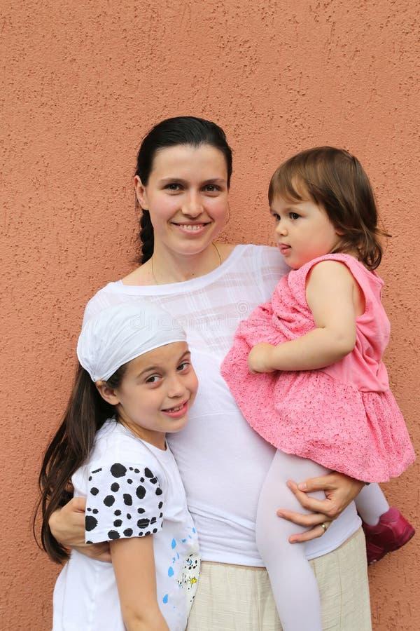 Giovane madre delle figlie immagini stock libere da diritti
