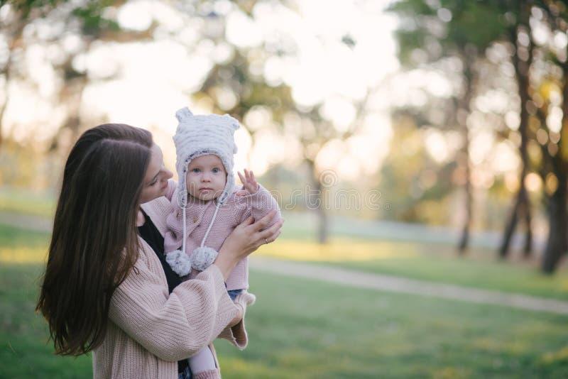 Giovane madre e la sua piccola figlia del bambino divertendosi in un parco fotografia stock libera da diritti