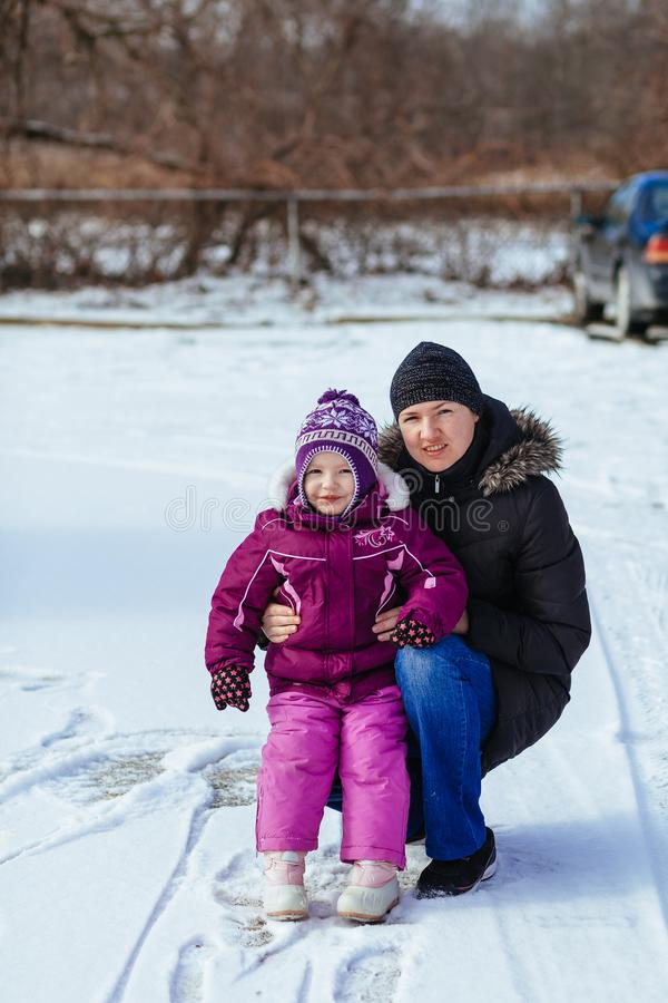 Giovane madre e le sue figlie divertendosi il giorno di inverno immagini stock libere da diritti