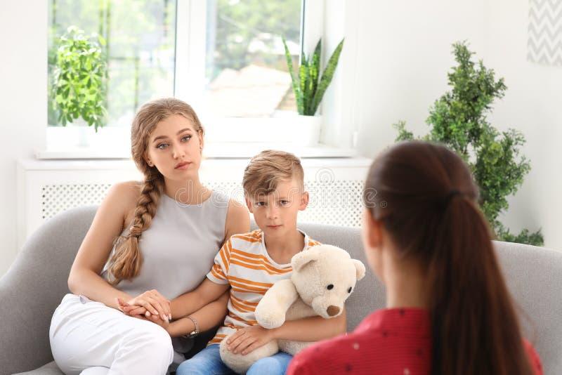 Giovane madre ed il suo psicologo infantile di visita del figlio fotografia stock libera da diritti