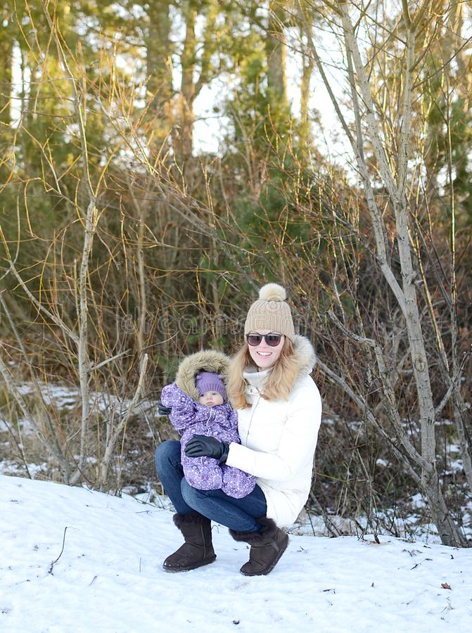 Giovane madre felice che cammina con la sua piccola figlia immagini stock libere da diritti
