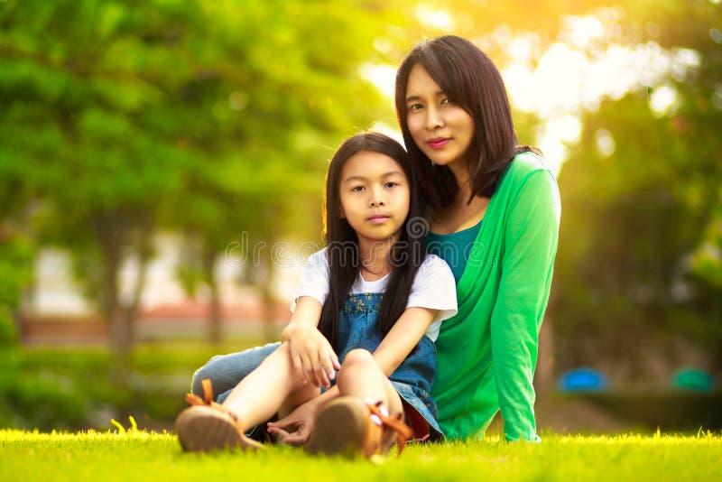 Giovane madre felice con la sua figlia fotografia stock libera da diritti