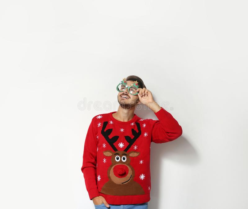 Giovane in maglione di Natale con i vetri del partito fotografie stock libere da diritti