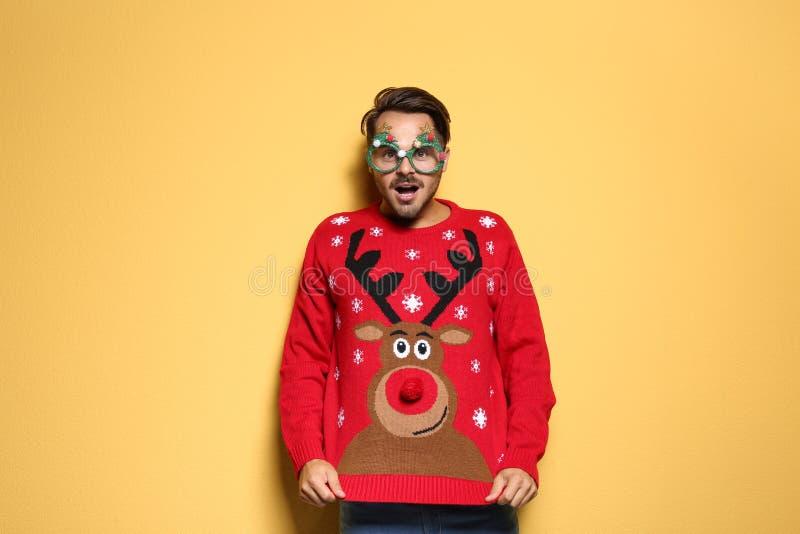 Giovane in maglione di Natale con i vetri del partito fotografie stock