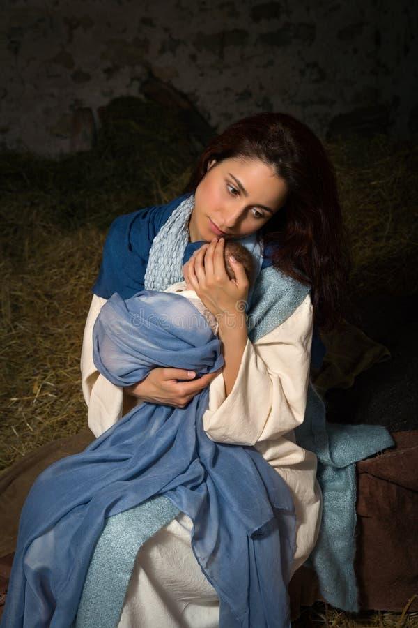 Giovane Maria nel granaio di Natale fotografia stock