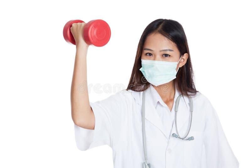 Giovane maschera femminile asiatica di usura di medico con la testa di legno immagine stock libera da diritti